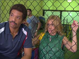 Teodora fica apreensiva (Foto: Fina Estampa/TV Globo)