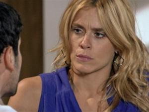 Teodora não gosta do que ouve (Foto: Fina Estampa/ TV Globo)