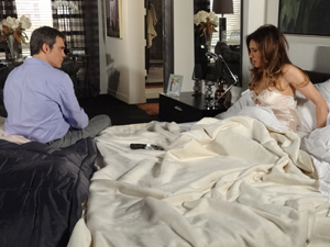 A perua reage ao ver a arma na cama (Foto: Fina Estampa/ TV Globo)