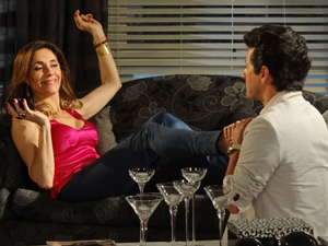 Tereza Cristina ignora pedido da tia ao telefone  (Foto: Fina Estampa/TV Globo)