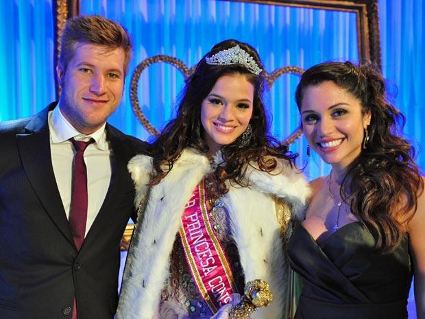 Diego Alemão e Maria Melilo posaram ao lado de Bruna Marquezine, durante gravação (Foto: Aquele Beijo/TV Globo)