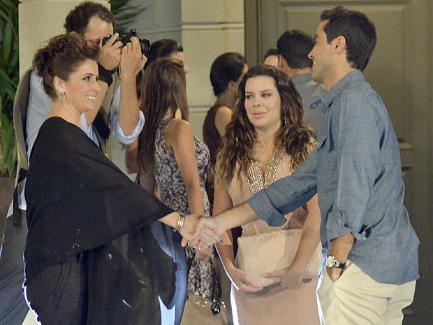 Claudia não se sente confortável com a presença de Vicente na festa (Foto: Aquele Beijo/TV Globo)