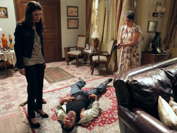 Consolação atira em Neco para proteger Lili (Foto: O Astro / TV Globo)