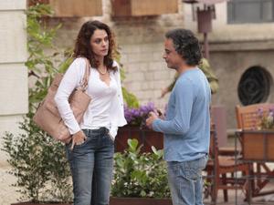 Dora diz a Marcos que Vitória fez convite para ela (Foto: A Vida da Gente/TV Globo)
