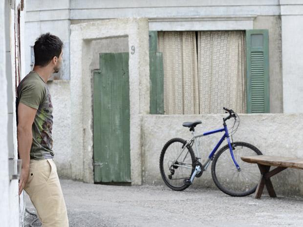 O rapaz misterioso vigia a casa de Griselda (Foto: Fina Estampa/TV Globo)