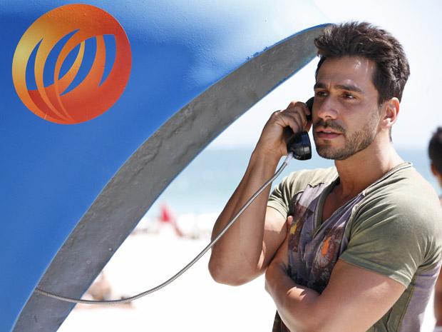 Enzo faz ligação para passar informações sobre a casa e Griselda (Foto: Fina Estampa/TV Globo)