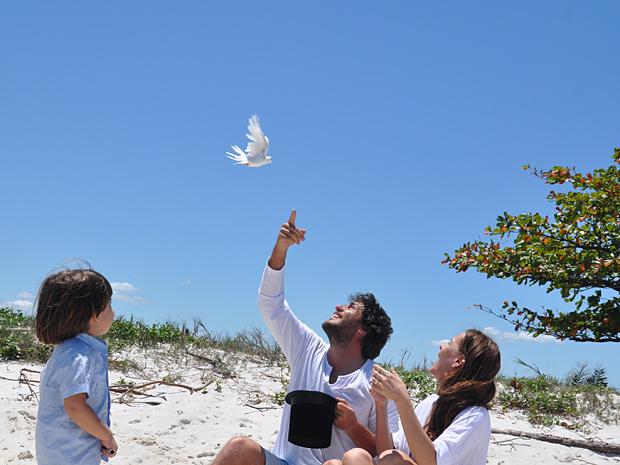 Como em um passe de mágica, Herculano tira pomba da cartola (Foto: O Astro / TV Globo)