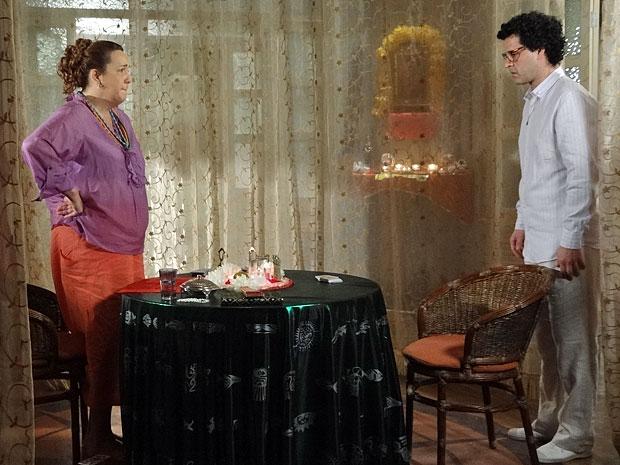 Iara e Joselito lamentam que o caderno tenha parado em mãos erradas (Foto: Aquele Beijo/TV Globo)