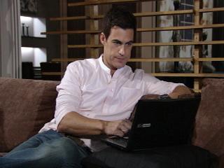Juan fica intrigado (Foto: Fina Estampa/ TV Globo)