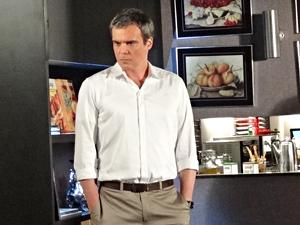 René fica desconfiado ao ouvir a conversa da esposa com a tia dela (Foto: Fina Estampa/TV Globo)