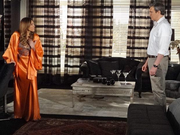René coloca Tereza Cristina contra a parede e pergunta sobre segredo (Foto: Fina Estampa/TV Globo)