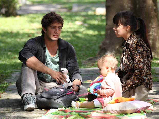 Rodrigo conta a Manu que está morando em um hotel (Foto: A Vida da Gente/TV Globo)