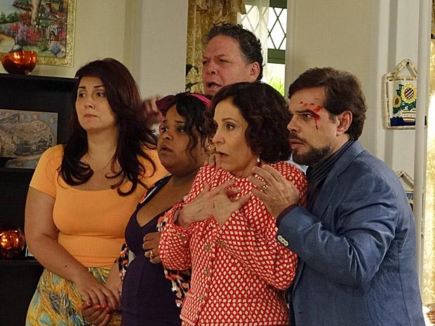 Felizardo, Locanda, Marieta, Olavo e Taluda olham assustados para a briga entre as duas senhoras (Foto: Aquele Beijo/TV Globo)