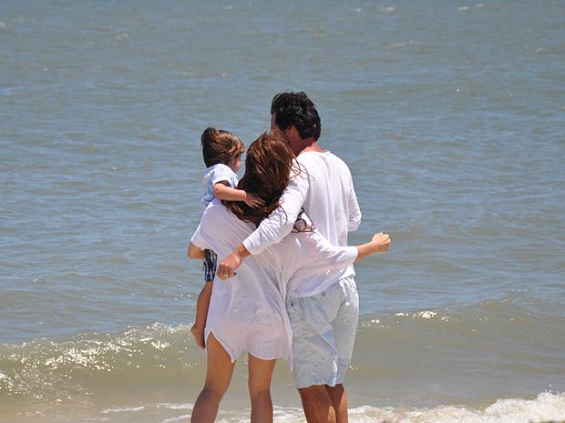 Amanda e Herculano com o filho na praia. Seria um sonho? (Foto: O Astro / TV Globo)