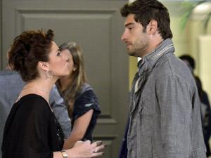 Claudia pede para Rubinho para de implicar com Vicente (Foto: Aquele Beijo/TV Globo)