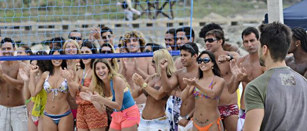 A plateia aplaude a jogada de Enzo (Foto: Fina Estampa/TV Globo)