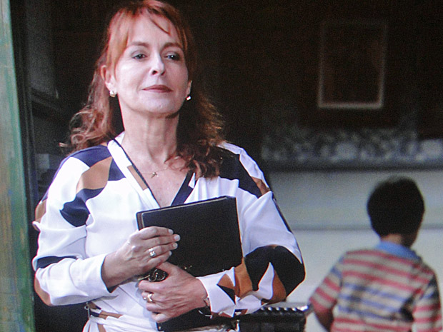Olga rouba o diário da mão de Tide e Cléo (Foto: Aquele Beijo/TV Globo)