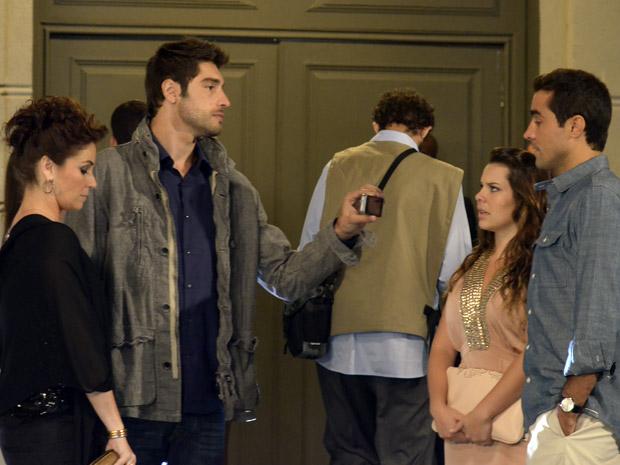 Claudia, Rubinho, Camila e Vicente se encontram na porta da festa da Comprare (Foto: Aquele Beijo/TV Globo)