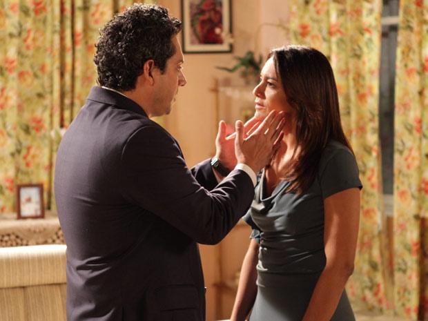 Baltazar tenta se aproximar de Celeste (Foto: Fina Estampa / TV Globo)