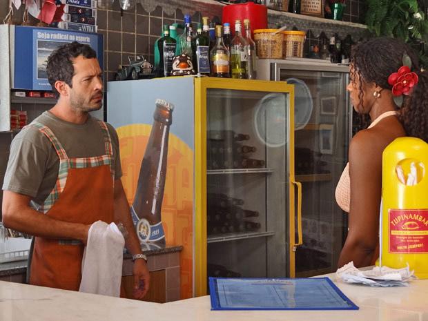 Dagmar acha que Teodora pode ter boas intenções ao querer se aproximar de Quinzinho (Foto: Fina Estampa/TV Globo)