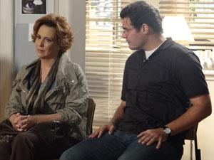 Eva mergulha em suas lembranças e deixa Lúcio preocupado (Foto: A Vida da Gente - Tv Globo)