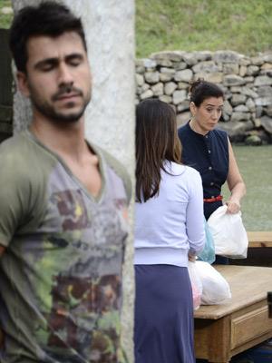 Enzo ouve conversa de Griselda e Celeste (Foto: Fina Estampa/ TV Globo)