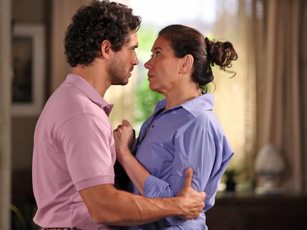 O português não esconde de ninguém seu amor por Griselda (Foto: Fina Estampa/TV Globo)