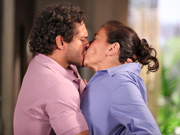 Guaracy não resiste a Griselda e a beija de novo (Foto: Fina Estampa/TV Globo)