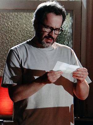 Lourenço admira o cheque de um milhão e decide aceitar a proposta (Foto: A Vida da Gente - Tv Globo)