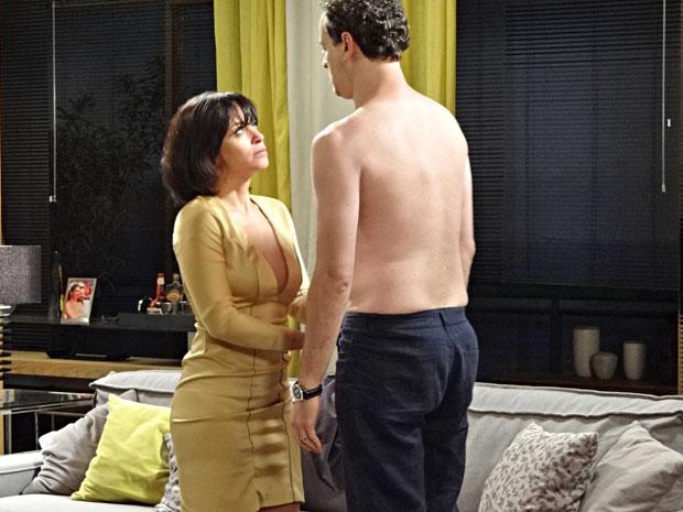 Marcela seduz Paulo e o leva para a cama novamente (Foto: Fina Estampa/TV Globo)