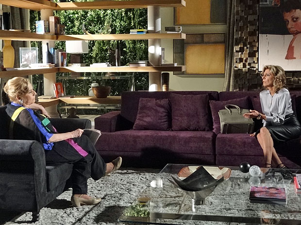Maruschka descarta envolvimento de Alberto com Sarita (Foto: Aquele Beijo/TV Globo)