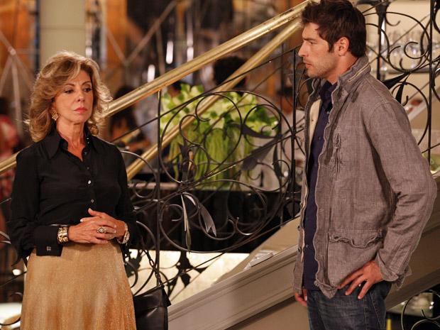 Maruschka coloca lenha na fogueira e afirma que Vicente está interessado em Claudia (Foto: Aquele Beijo/TV Globo)