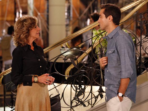 Maruschka fica surpresa ao descobrir que Vicente é representante do Covil do Bagre (Foto: Aquele Beijo/TV Globo)