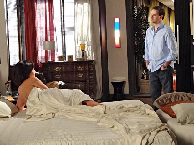 Marcela joga seu charme para cima de Paulo, mas ele acaba sendo frio com ela (Foto: Fina Estampa/TV Globo)