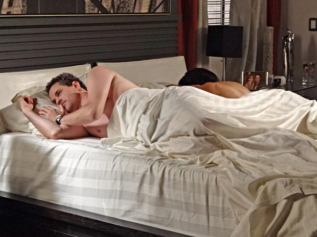 Paulo acorda ao lado de Marcela e fica pensativo (Foto: Fina Estampa/TV Globo)