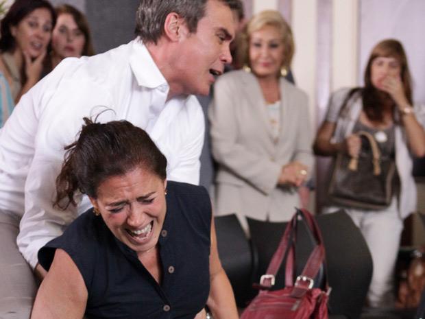 René tenta conter a portuguesa durante a confusão (Foto: Fina Estampa/TV Globo)