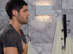 Wallace sente dores no peito (Foto: Fina Estampa / TV Globo)