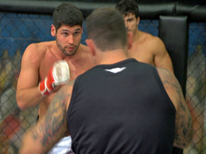 O lutador dá tudo de si (Foto: Fina Estampa/ TV Globo)