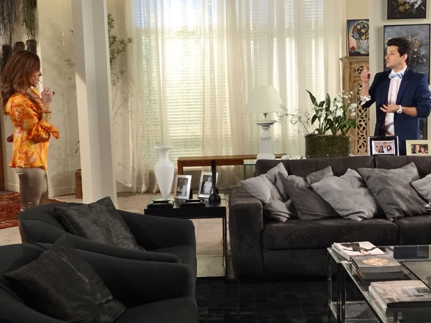 Tereza Cristina dá nova função para Crodoaldo antes de ir visitar o marido no Le Velmont (Foto: Fina Estampa/ TV Globo)