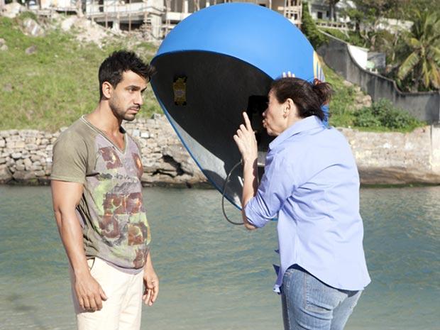 Griselda diz a Enzo que está de olho nele (Foto: Fina Estampa / TV Globo)