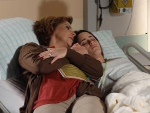 Eva vive no hospital, cuidando da filha que está em coma (Foto: A Vida da Gente/TV Globo)