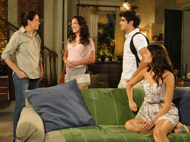 Patrícia vai pela primeira vez à casa de Griselda (Foto: Fina Estampa / TV Globo)