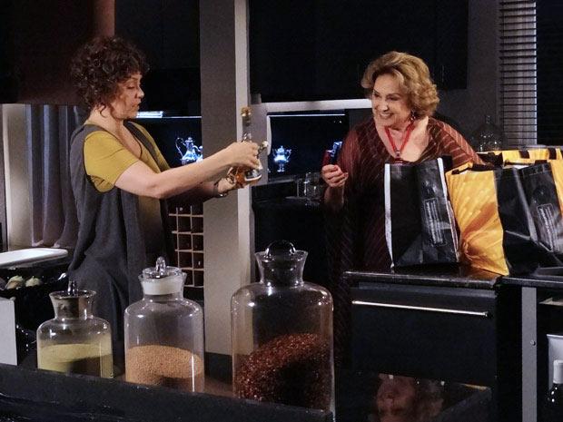 Alice e Íris fazem a limpa na despensa de Tereza Cristina (Foto: Fina Estampa/ TV Globo)