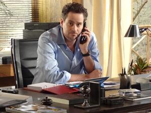 Paulo não gosta do telefonema de Danielle (Foto: Fina Estampa / TV Globo)
