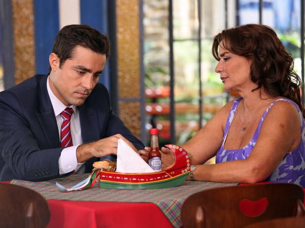 Vicente fica angustiado e confessa que não sabe mais o que sente por Lucena (Foto: Aquele Beijo/TV Globo)