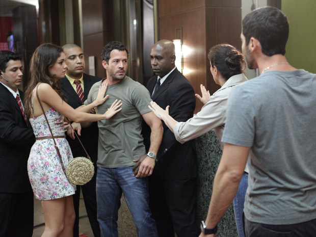 Amália e Griselda chegam a tempo de apartar briga entre Quinzé e Wallace (Foto: Fina Estampa/TV Globo)