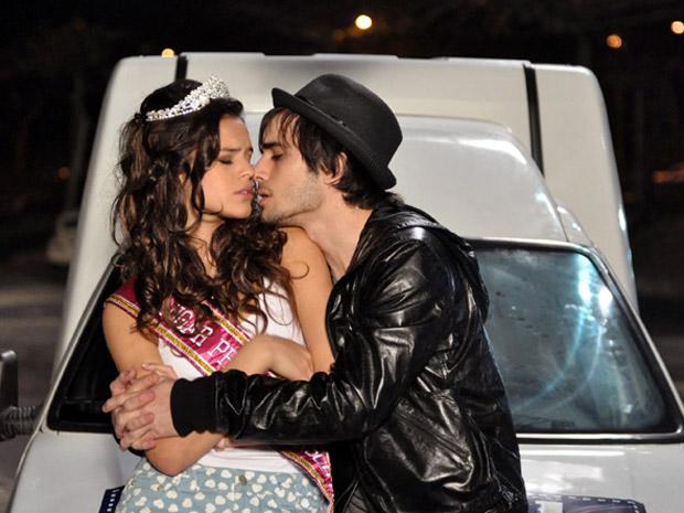 Belezinha e Agenor são assaltados enquanto namoram na praia (Foto: Aquele Beijo/TV Globo)