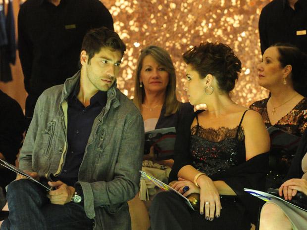 Claudia fica nervosa com presença de Vicente e Rubinho fica preocupado (Foto: Aquele Beijo/TV Globo)