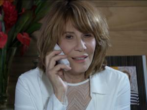 A pedido de Esther, Danielle liga para Paulo (Foto: Fina Estampa/TV Globo)