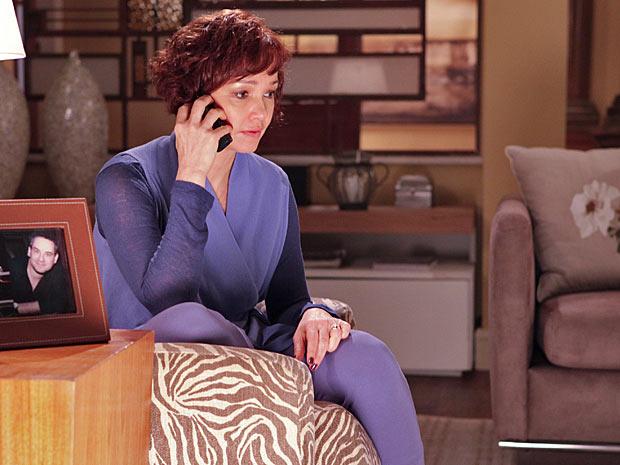 Esther chora com a notícia (Foto: Fina Estampa / TV Globo)